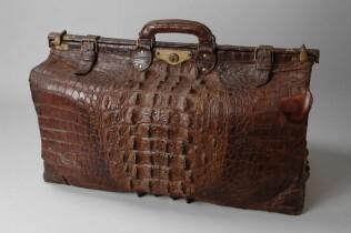 Krokodillenleren koffer met messing sluiting en opening aan bovenzijde
