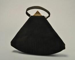 Waaiervormige handtas van zwart suède met goudkleurige driehoekige knipsluiting, lushandvat