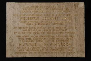 Gedenksteen 1950, eerste steenlegging met opschrift, afkomstig van pand Vroom & Dreesmann aan de  Hoogstraat
