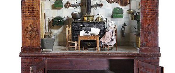 Houten speelkeuken voor kinderen, kast met als keuken ingericht vak, onder twee deurtjes voor keukengerei, links en rechts op panelen leerzaam gedicht
