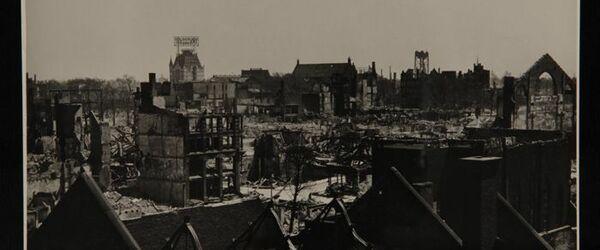 Foto centrum Rotterdam na bombardement met ruïne Rosaliakerk