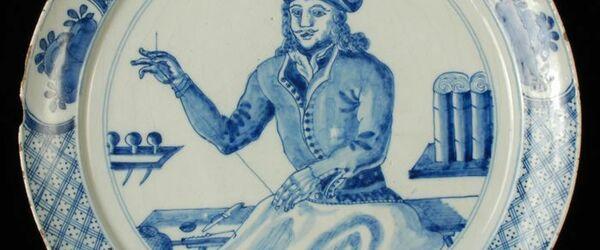 Delfts blauw bord met randdecoratie en zeilmaker aan het werk