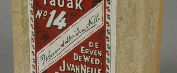 "Rechthoekig pak tabak, goudkleurig folie met roodbruin-wit-zwart etiket, ""50 gram tabak No. 14 / Van Nelle"""