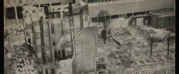 """Foto van een ruïne, met op de achtergrond het Beursgebouw, met de tekst """"Passage"""""""