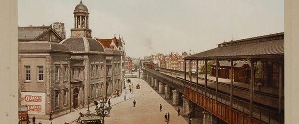 Foto van Beursgebouw en Beursplein met Beursstation en luchtspoor