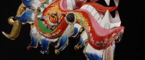 Veelkleurige fantastische kop van een Chinese draak, onderdeel van het danskostuum voor de drakendans
