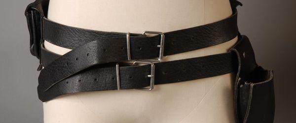 Zwarte, leren riem met zakken eraan, gebruikt door serveerder