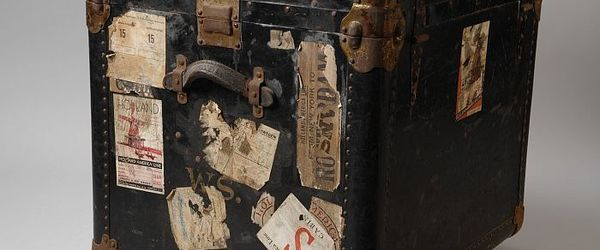 Hutkoffer met scharnierend deksel en uitneembare lade met vakverdeling, er in vijf hoedenbollen