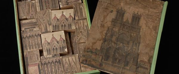 Blokkendoos (A) met schuifdeksel (B) met afbeelding van het portaal van de kathedraal van Reims