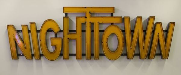 "Gele neon letters van poppodium ""NIGHTTOWN"""