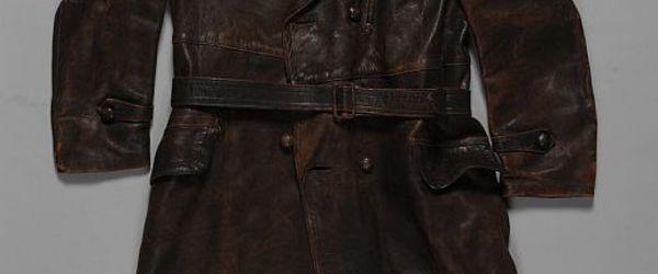 Lange jas van bruin leer, met dichtgenaaide kogelgaten, gedragen door Eliazar Blei Weissmann tijdens de fusillade op 20 februari 1945 op de Coolsingel