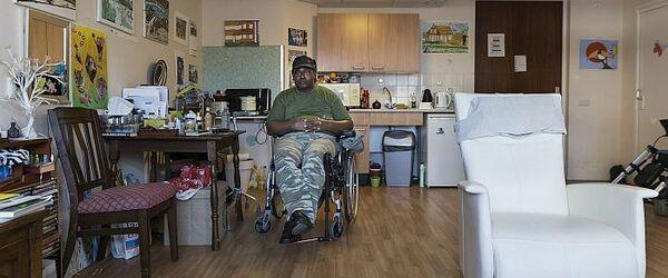 """Portret van de heer Kempenaar in verpleeghuis De Leeuwenhoek, foto in de serie """"Rotterdam 18:30"""" (fase 1)"""