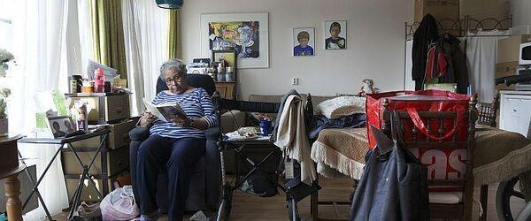 """Portret van mevrouw Vrede in verpleeghuis De Leeuwenhoek, foto in de serie """"Rotterdam 18:30"""" (fase 1)"""