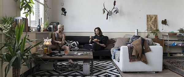 """Portret van Job, grafisch ontwerper, in zijn woning aan de Koningsveldestraat in het Liskwartier, foto in de serie """"Rotterdam 18:30"""" (fase 1)"""