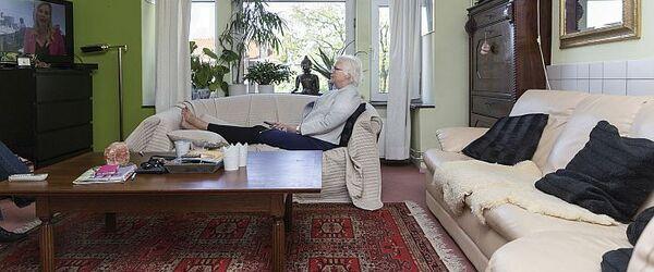 """Portret van Marianne in haar woonkamer aan de Polanenstraat in Kralingen, foto in de serie """"Rotterdam 18:30"""" (fase 1)"""