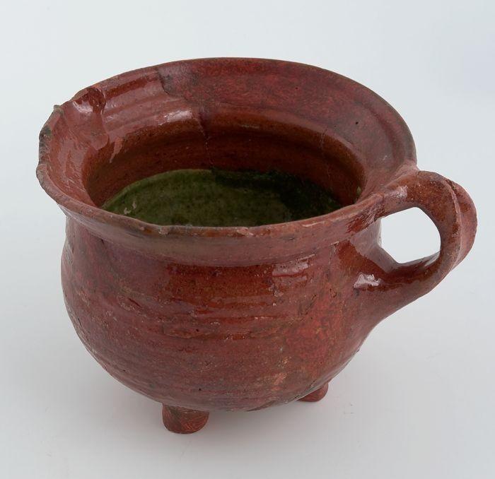Aardewerk kookkan op drie poten met schenklip en bandoor inwendig groen geglazuurd museum - Aardewerk rode keuken ...
