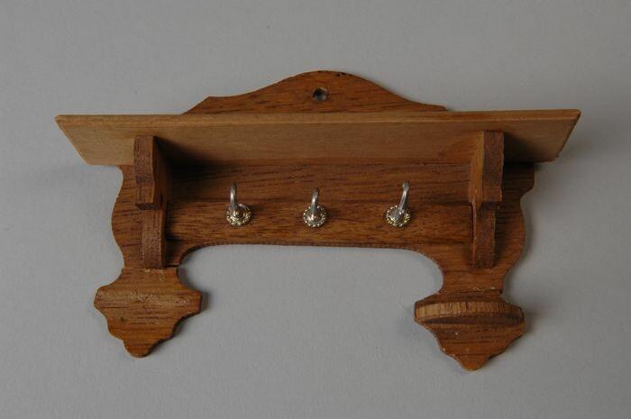 Eikenhouten Miniatuur Kapstok Met Plank Voor Hoeden Drie Metalen