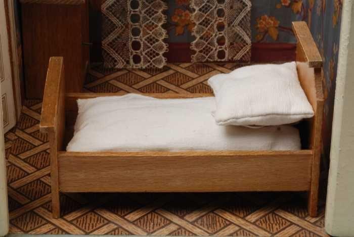 Kussen Wit 13 : Beukenhouten miniatuur bed hoog hoofdeind wit katoenen matras en
