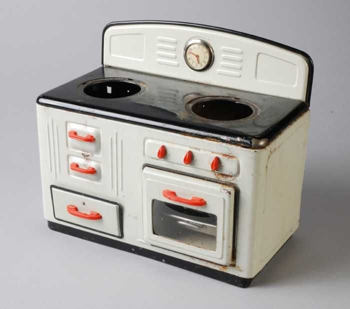 Blikken speelgoed gasfornuisje wit rode grepen klok tegen spatwand met aluminium fluitketel - Aardewerk rode keuken ...