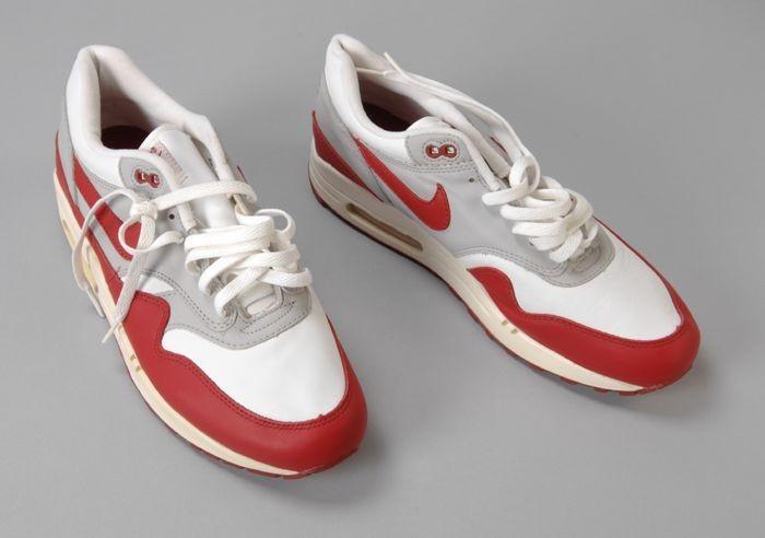 Collectiestuk: Witte, rood met grijze leren sportschoenen